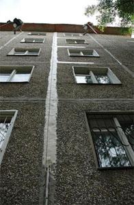 Заделка швов потолка монтажной пеной